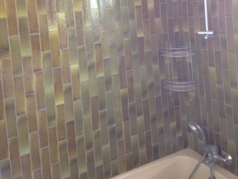 Rénovation d\'une salle de bains des années 70 : avant / après