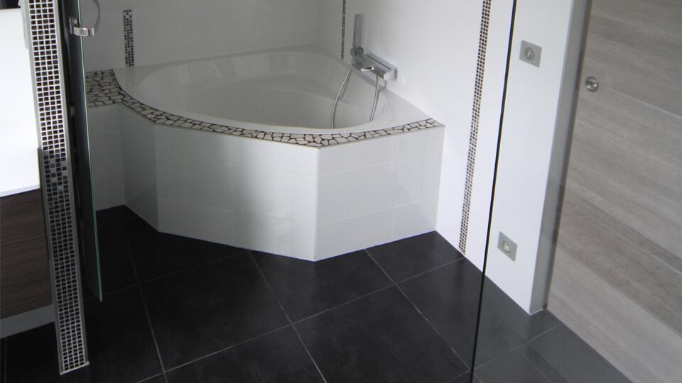 Deco salle de bain : avantages du carrelage au sol ou mural