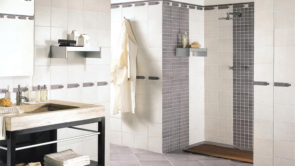 Comment poser un carrelage au mur d une salle de bains - Refaire des joints de carrelage salle de bain ...