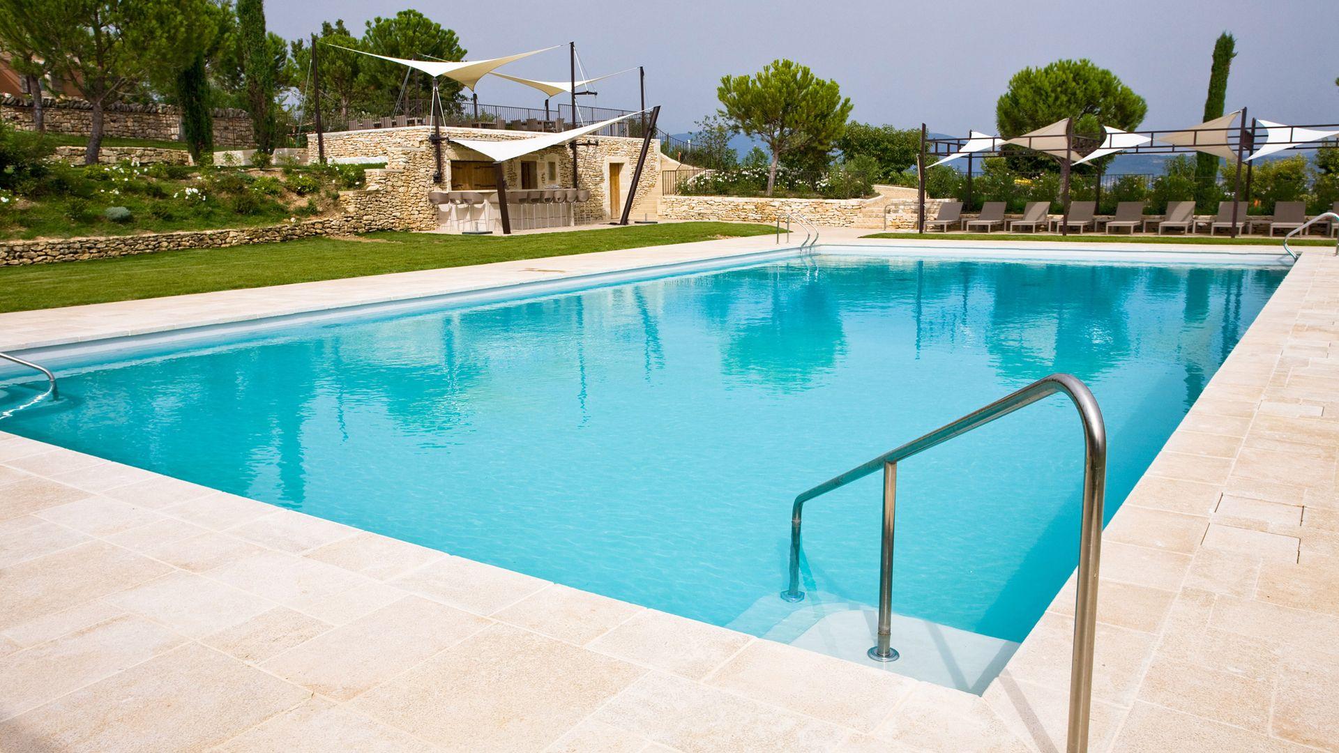 Quels aménagements sont à prévoir autour de la piscine ?