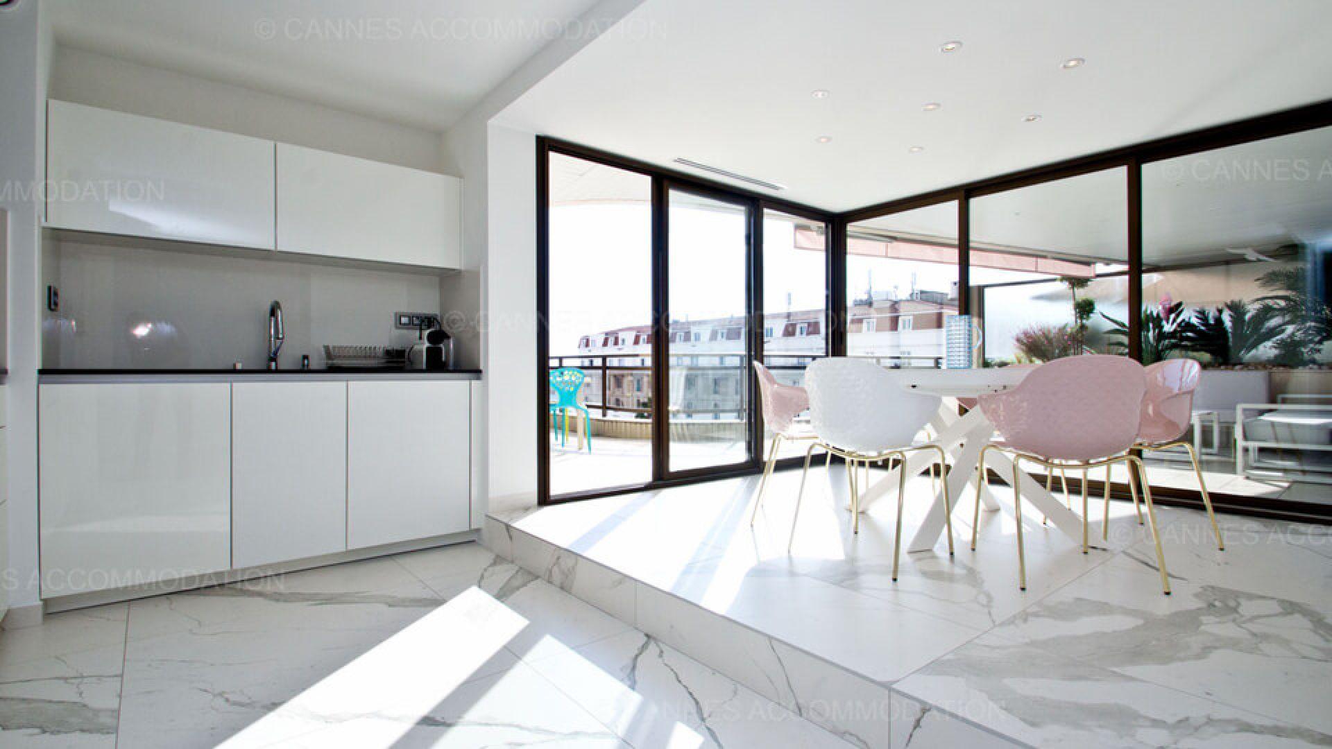 Vivre En Appartement Ou En Maison carrelage moderne pour un luxueux appartement cannois (06